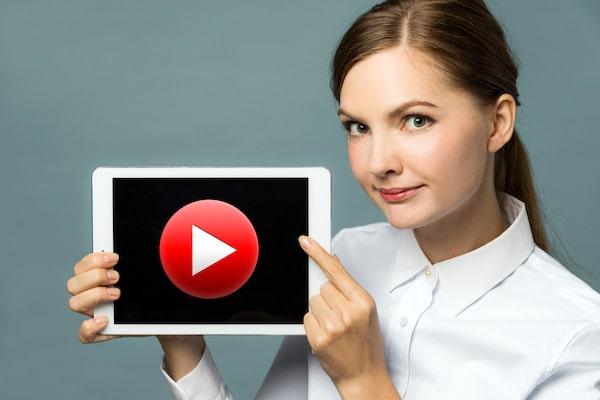 バンパー広告 紹介する女性
